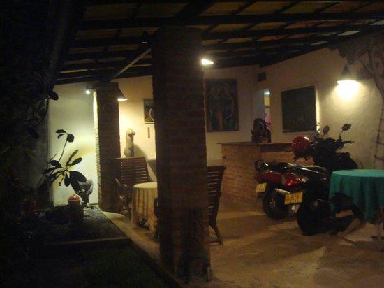 DiyaSisila Restaurant: portico