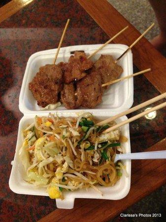 ibis Styles Bangkok Khaosan Viengtai : Dinner - stret food, Rambuttri Rd outside Viengtai Hotel