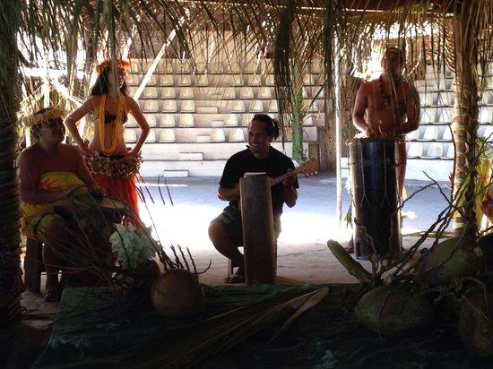 """Tiki Village Cultural Centre : Petit spectacle """"privé"""" pendant le déjeuner"""