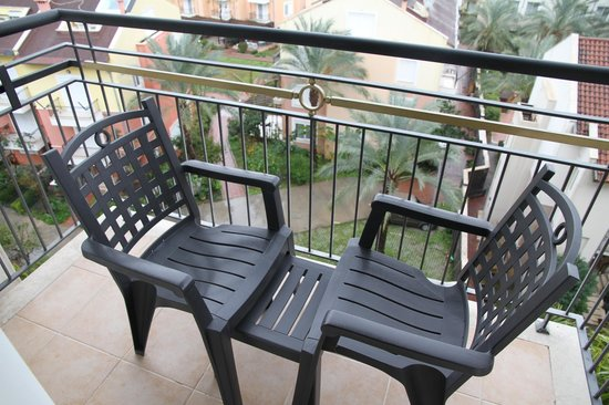 Alkoclar Exclusive Kemer: Armchairs on the balcony