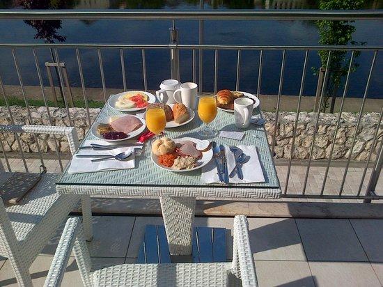 DoubleTree by Hilton Hotel Oradea: breakfast by the river