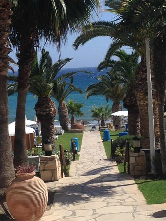 Mediterranean Beach Hotel: Walk to the beach from the hotel