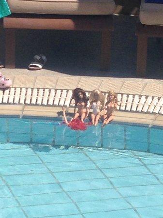 Mediterranean Beach Hotel: Girls by the pool