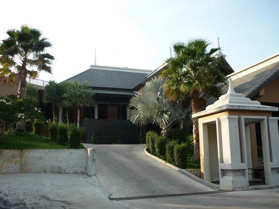 Rawai Palm Beach Resort: Entrée de l'hôtel