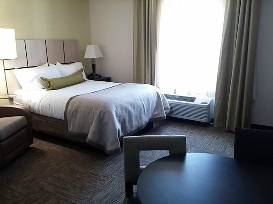 Candlewood Suites Greenville: Queen suite - bed view