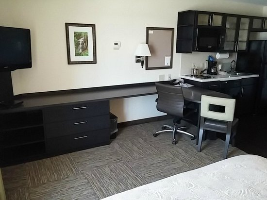 Candlewood Suites Greenville: Dresser/ desk area