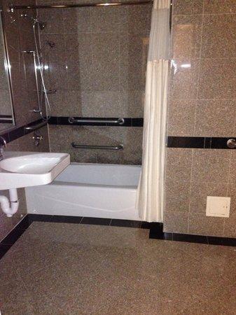 Warwick New York: Spacious and lovely bathroom.