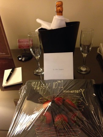 Warwick New York: A nice personal touch & lovely to arrive to, for our anniversary!