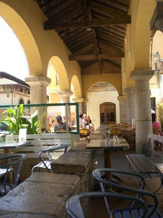 La Mandragore : tavolinetti