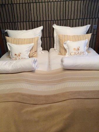 Grape Hotel: Bed