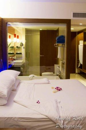 Novotel Phuket Kata Avista Resort and Spa: Room view looking into the bathroom