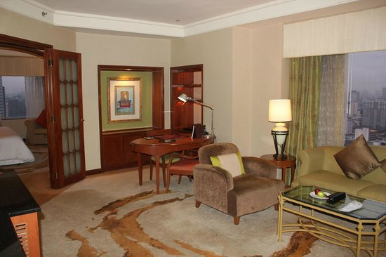 Sheraton Imperial Kuala Lumpur Hotel: Corner suit room広い