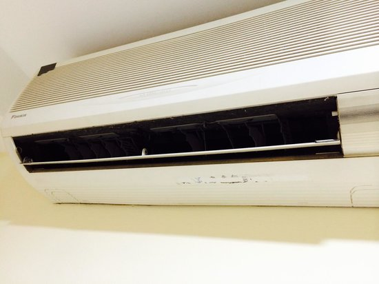 Sandpiper Hotel Singapore: Dirty & noisy air conditioner