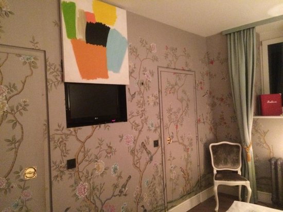 Hotel Beethoven Wien: Room 505, TV hidden behind art piece