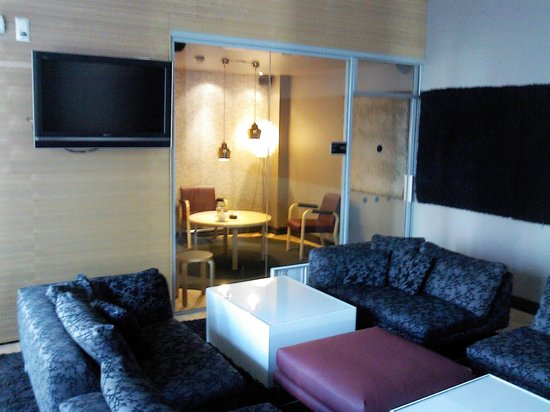 Hotel Helka: Холл бара и курительная комната