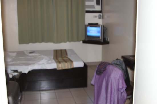 Golden Prince Hotel & Suites : large room  uncomfortable bed
