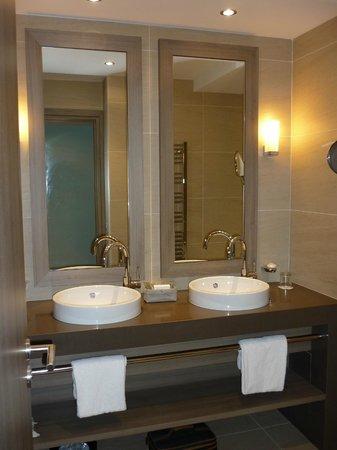 Hôtel Le Nouveau Monde : Salle de bain