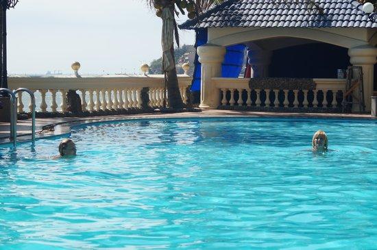 Lan Rung Beach Resort & Spa: бассейн
