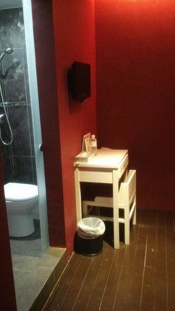 Santa Grand Hotel Lai Chun Yuen: Small bathroom