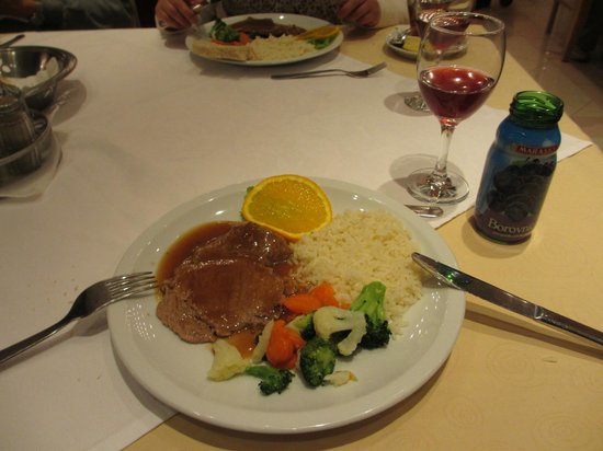 Hotel Macola : ツアーの夕食 ステーキでした。