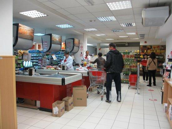 Hotel Macola : 地下のスーパー