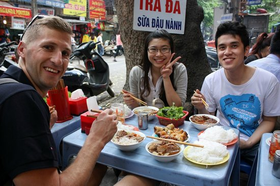 HanoiKids Tour: Delicious lunch with our guides