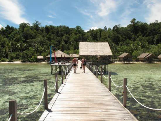 Papua Explorers Resort: View towards the restaurant over the lagoon