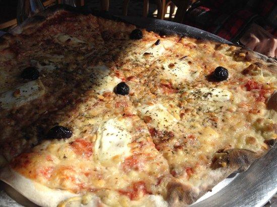 Le Tire Bouchon : Pizza chèvre pignons, tomates, olives  Pour deux personnes