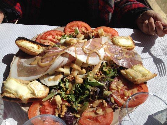 Le Tire Bouchon : Salade du mont mounier : tomates, noix, croutons de chèvre, jambon, emmental... Très copieux, p