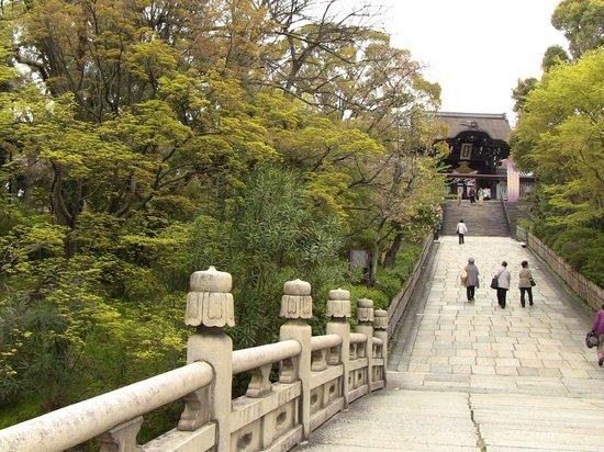 Otani Hombyo : 本廟の入口から門までの参道