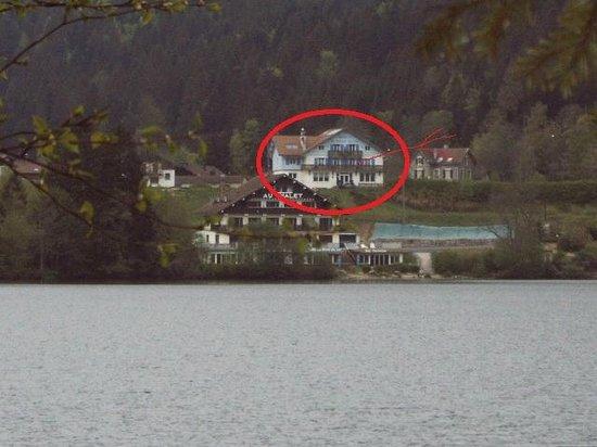 Les Reflets du Lac : situation de l hotel vue du lac