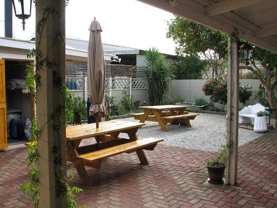 Jembjos Knysna Lodge & Backpackers: garden/courtyard