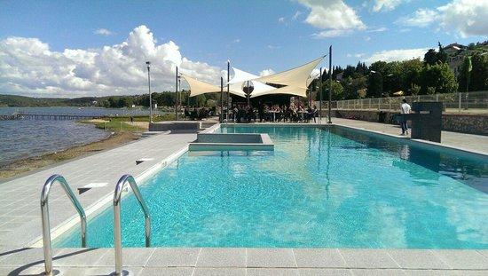 Open pool by the bar picture of hotel romantique dojran for Hotel romantique region parisienne