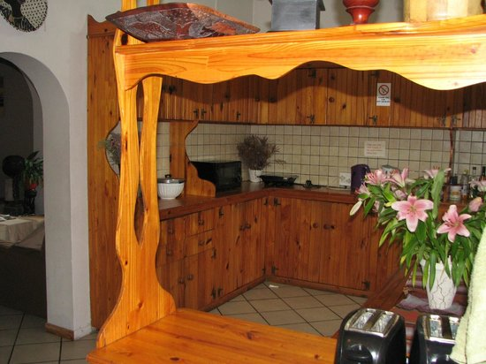 Jembjos Knysna Lodge & Backpackers: communal self catering kitchen