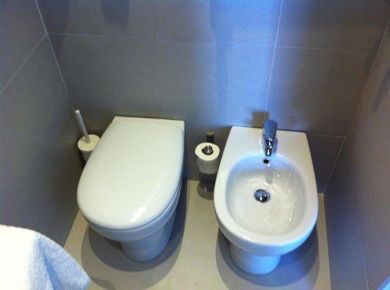 Hotel Genius Downtown : Salle de bain refaite a neuf
