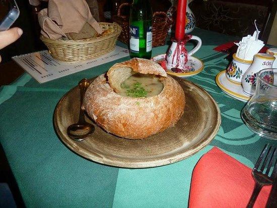 Staromáček: Zuppa di patate nel pane