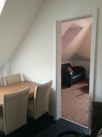 Guesthouse Dienerstrasse: Вид из кухни-столовой в комнату