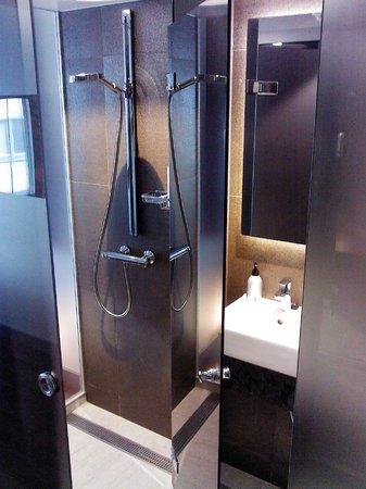 GLO Hotel Art: Ванная комната (хорошо видно прозрачность стен душевой кабины)