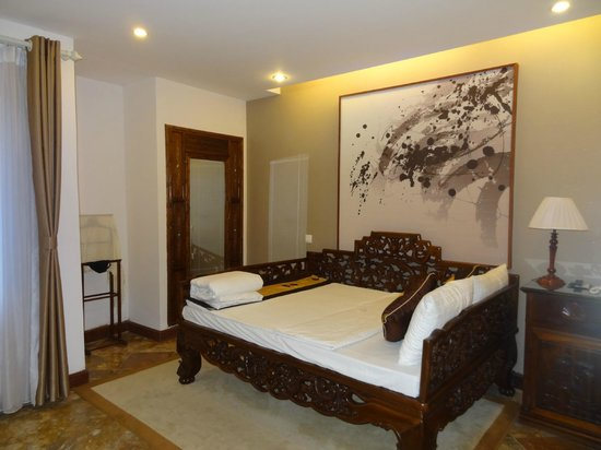 Hong Ngoc Dynastie Hotel: We were upgraded from our deluxe room to this couple suite.