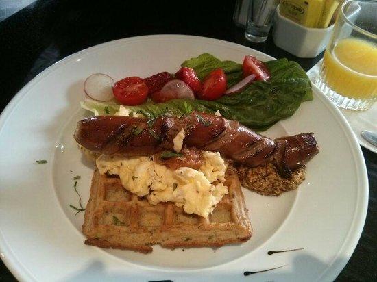 Hotel Berdichevsky: SAusage and waffle