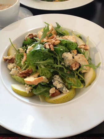 Diego's Cafe: Frontage bleu- Stilton, pear, toasted walnuts, seasonal leaves, croutons and maple dressing