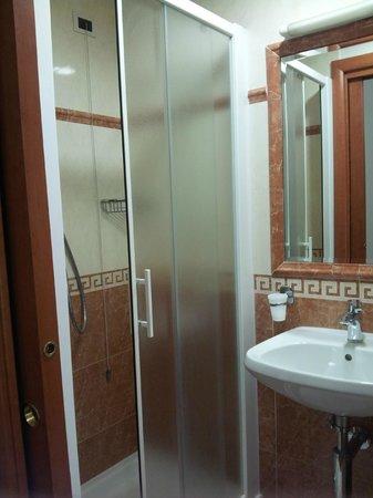 hotel stromboli bagno piccolo senza bidet cabina doccia acqua calda