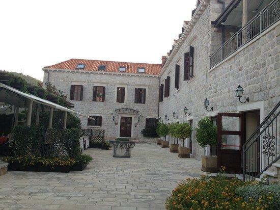Dubrovnik Restaurant at Hotel Kazbek : ホテル・カズベック