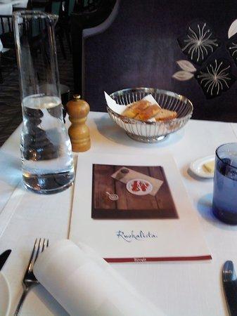 """Restaurant Rivoli: """"Настольная композиция"""" (чуть-чуть не в фокусе)"""