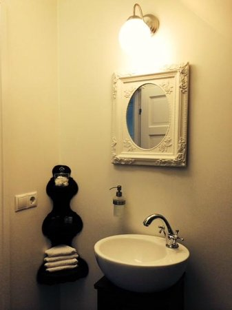 Grand Guesthouse Gardakot: The bathroom
