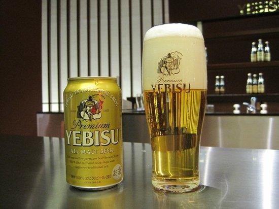 Museum of Yebisu Beer: 缶ビールでもつぎ方でこんなに綺麗な泡が作れます。