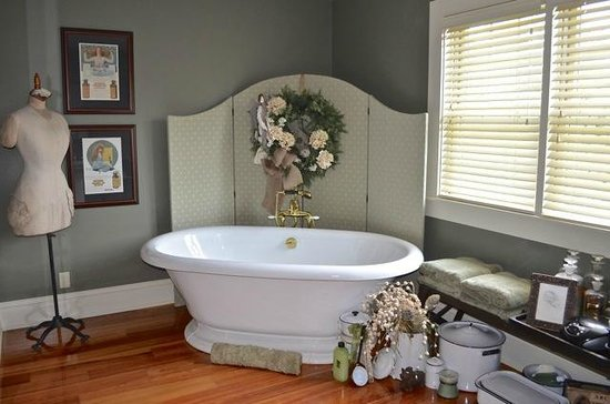 The Whimsical Pig Bed and Breakfast at Wolf Creek: Suite Soaking Tub
