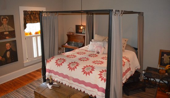 The Whimsical Pig Bed and Breakfast at Wolf Creek : The Chester White Room
