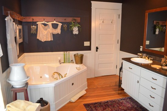 The Whimsical Pig Bed and Breakfast at Wolf Creek: Chester White Jacuzzi