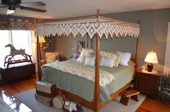 The Whimsical Pig Bed and Breakfast at Wolf Creek : The Gloucestershire Old Spot Suite